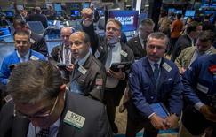 La Bourse de New York a fini en baisse de 0,61% lundi, affectée par les inquiétudes sur la conjoncture en Chine et la baisse inattendue des reventes de logement aux Etats-Unis en août.  Ce chiffre est susceptible de varier encore légèrement. /Photo prise le 22 septembre 2014/REUTERS/Brendan McDermid