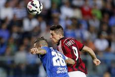 O atacante Fernando Torres, do Milan, cabeceia a bola para marcar seu primeiro gol pelo clube em partida contra o Empoli pelo Campeonato Italiano. 23/09/2014. REUTERS/Giampiero Sposito