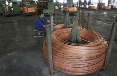 Un trabajador revisa la producción de rollos de cobre en la fábrica de cables  Truong Phu en Vietnam . Imagen de archivo, 02 noviembre, 2013. El cobre tocaba el miércoles un nuevo mínimo de tres meses, presionado por la incertidumbre sobre el crecimiento económico global, mientras que el níquel avanzaba al considerar los inversores que una reciente caída en los precios representa una oportunidad de compra antes de una esperada escasez del metal. REUTERS/Kham