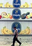 Un trabajador pasa frente containers con el logo de la multinacional Chiquita en la costa pacífica de Panamá. Imagen de archivo, 10 octubre, 2002. Los reguladores antimonopolio de la Unión Europea aprobarán la fusión de la productora de fruta estadounidense Chiquita y la irlandesa Fyffes, después de que las compañías lograran disipar los temores en torno a que su asociación por 526 millones de dólares pudiera perjudicar la competencia en el sector, indicaron el miércoles dos personas relacionadas con el proceso. Reuters