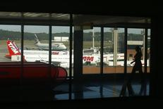 Mulher caminha em aeroporto de Guarulhos, em São Paulo, em 30 de junho. REUTERS/Mike Blake