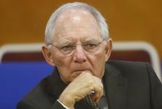 Le ministre allemand des Finances, Wolfgang Schäuble, a exprimé publiquement jeudi ses réticences face à la perspective de voir la Banque centrale européenne (BCE) acheter des prêts titrisés et des obligations sécurisées, arguant de leurs implications pour les missions de supervision de l'institution. /Photo prise le 22 septembre 2014/REUTERS/Kham