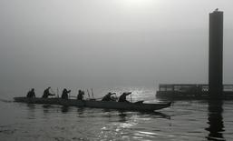 Boaters make their way along the Willamette River during a heavy morning fog in Portland, Oregon February 17, 2007.  REUTERS/Richard Clement