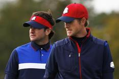 U.S. Ryder Cup players Bubba Watson (L) and  Webb Simpson wait on the tenth green during practice ahead of the 2014 Ryder Cup at Gleneagles in Scotland September 25, 2014. REUTERS/Russell Cheyne