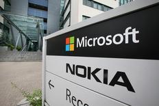 Una vista del logo de Microsoft y Nokia en Oulu. Imagen de archivo, 16 julio, 2014.  Un tribunal mexicano decidió que Nokia México S.A. de C.V. debe pagar por daños y perjuicios a los clientes que compraron teléfonos celulares defectuosos antes de la adquisición del fabricante de aparatos móviles por parte de Microsoft Corp, dijo el domingo una agencia del Gobierno. REUTERS/Markku Ruottinen/Lehtikuva ATENCIÓN EDITORES, ESTA IMAGEN FUE ENTREGADA POR UNA TERCERA PARTE