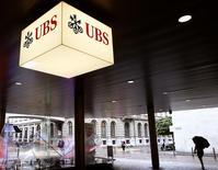 El logo de UBS visto en la entrada de un edificio de oficinas en Zurich . Imagen de archivo, 29 julio, 2014.  El banco suizo UBS comenzó negociaciones para alcanzar un acuerdo por las acusaciones de que estuvo involucrado en la manipulación del mercado de divisas, informó el prestamista, que advirtió que podría enfrentar sanciones monetarias. REUTERS/Arnd Wiegmann