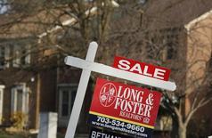 Un cartel de casa a la venta afuera de una vivienda en Oakton, en Virginia. Imagen de archivo, 27 marzo, 2014.  Los contratos para comprar casas usadas en Estados Unidos bajaron más de lo previsto en agosto, apuntando a un sector inmobiliario que sigue frágil. REUTERS/Larry Downing