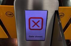 A l'aéroport de Francfort. Les pilotes de Lufthansa observeront mardi un mot d'ordre de grève qui devrait affecter les vols long-courriers à l'aéroport de Francfort  après l'échec des négociations sur leur régime de retraites. /Photo prise le 29 septembre 2014/REUTERS/Kai Pfaffenbach