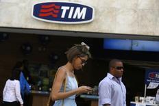 Pessoas passam por loja da TIM no Rio de Janeiro . 20/08/2014 REUTERS/Pilar Olivares