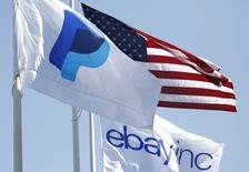 Banderas de PayPal y de eBay junto a una bandera norteamericana en San José, California. Imagen de archivo, 28 mayo, 2014.  Ebay dijo que escindirá PayPal, su unidad de pagos que está creciendo rápidamente y que se convertirá en una empresa que cotice en bolsa en el segundo semestre de 2015. REUTERS/Beck Diefenbach