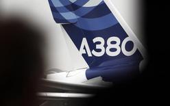 Airbus vise l'équilibre financier du programme de l'A380 en 2015 et estime que le potentiel de l'A320neo, la nouvelle version remotorisée de son moyen-courrier, est de 10.000 commandes. /Photo d'archives/REUTERS/Régis Duvignau
