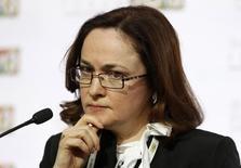 Эльвира Набиуллина на конференции в Москве 19 апреля 2013 года. Центробанк России не видит оснований для появления новости о возможных капитальных ограничениях и подозревает манипулирование рынком, сообщили российские агентства. REUTERS/Sergei Karpukhin