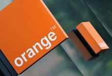 Orange, en recul de 2,73%, accuse vers 13h40 la deuxième plus forte baisse du CAC 40 dans le plus gros volume de la cote après que bpifrance a placé environ 50 millions d'actions de l'opérateur télécoms, soit 1,9% du capital, au prix unitaire de 11,60 euros. L'indice vedette parisien de son côté recule de 0,59% à 4.390 points. /Photo d'archives/REUTERS/Toby Melville