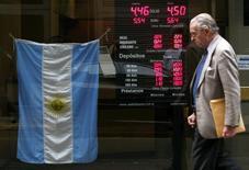 Un hombre pasa frente a una casa de cambios en Buenos Aires, jun 1 2012. América Latina atraviesa una desaceleración económica combinada con tasas de inflación relativamente altas. El panorama a futuro luce complejo debido a factores como el ajuste gradual de la Reserva Federal de Estados Unidos y una menor confianza financiera en la región. REUTERS/Marcos Brindicci