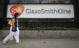 """Imagen de archivo de las oficinas de GlaxoSmithKline en Mumbai, India, dic 16 2013. Las compañías GlaxoSmithKline y NewLink están trabajando para aumentar su capacidad de fabricar vacunas contra el ébola, con el objetivo de lograr """"un incremento muy significativo en la escala durante la primera mitad de 2015"""", informó el miércoles la Organización Mundial de la Salud. REUTERS/Danish Siddiqui"""