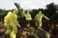 Equipe prepara enterro de vítima do Ebola em Freetown em 28 de setembro.   REUTERS/Christopher Black/OMS/Divulgação