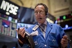 La Bourse de New York a débuté sur une note stable jeudi, la baisse des inscriptions au chômage aux Etats-Unis la semaine dernière n'ayant pas suffi à inciter les investisseurs à l'achat après le net recul de la séance précédente. Le Dow Jones est inchangé à 16.804,32 points dans les premiers échanges. /Photo prise le 1er octobre 2014/REUTERS/Brendan McDermid
