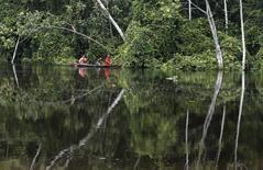 Una familia viaja en canoa en el río Marañón, en la selva peruana. Imagen de archivo, 28 marzo, 2008. Petroperú y la firma energética independiente GeoPark se asociaron para explorar y explotar un lote en la cuenca del Marañón en la selva norte de Perú, dijo la estatal petrolera del país sudamericano. REUTERS/Mariana Bazo