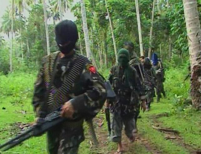 10月2日、フィリピンのイスラム過激派アブサヤフはドイツ人殺害を警告した。写真は同集団の戦闘員ら。2009年2月動画入手(2014年 ロイター/Philippine National Red Cross via Reuters TV)