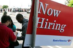 Imagen de archivo de un anuncio de empleo en una feria laboral en Los Angeles, ago 31 2011. La cantidad de estadounidenses que pidieron nuevos subsidios por desempleo cayó sorpresivamente la semana pasada, una señal más de que el mercado laboral está más activo. REUTERS/Jonathan Alcorn