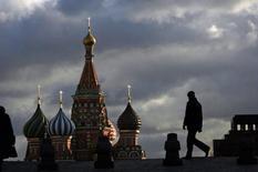Люди на Красной площади в Москве 21 декабря 2007 года. Москву ждут прохладные и пасмурные выходные, свидетельствует усреднённый прогноз, составленный на основании данных Гидрометцентра России, сайтов intellicast.com и gismeteo.ru. REUTERS/Denis Sinyakov