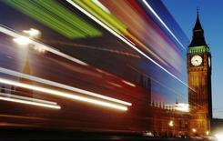 Luces de automóbiles en tránsito frente al Big Ben en Londres. Imagen de archivo, 17 noviembre, 2011. El sólido crecimiento del sector servicios de Gran Bretaña se ralentizó levemente en septiembre y una medida más amplia de la expansión del sector privado cayó a un mínimo en seis meses, mostró el viernes una encuesta. REUTERS/Luke MacGregor