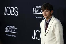 """Ashton Kutcher posa en la premiere de """"Jobs"""" en Los Ángeles. Imagen de archivo, 13 agosto, 2013.  El actor Ashton Kutcher, protagonista de la serie de televisión """"Two and a Half Men"""", dijo el viernes que con su pareja, la actriz Mila Kunis, decidieron llamar a su hija Wyatt Isabelle.  REUTERS/Mario Anzuoni"""