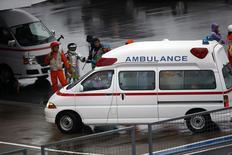 Ambulância em acidente com Bianchi em Suzuka.   REUTERS/Yuya Shino