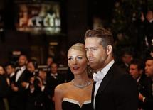"""Cast member Ryan Reynolds (R) and his wife actress Blake Lively pose on the red carpet as they arrive for the screening of the film """"Captives"""" (The Captive) in competition at the 67th Cannes Film Festival in Cannes May 16, 2014.              REUTERS/Yves Herman"""