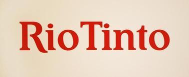 El logo de Rio Tinto en un panel durante una conferencia de prensa en Sidney. Imagen de archivo, 29 noviembre, 2012.  Glencore está preparando el terreno para una posible fusión el año próximo con su rival Rio Tinto, que daría origen al mayor grupo minero del mundo con una capitalización bursátil de unos 160.000 millones de dólares, reportó el lunes la agencia Bloomberg. REUTERS/Tim Wimborne