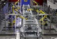 Robots trabajan en el cuerpo de un Porsche en una planta en la ciudad de Leipzig, Alemania. Imagen de archivo, 11 febrero, 2014. La producción industrial de Alemania cayó más que lo esperado en agosto, registrando su mayor declive desde la crisis financiera a principios del 2009, mostraron el martes datos del Ministerio de Economía que reavivaron la inquietud sobre la principal economía de Europa. REUTERS/Tobias Schwarz
