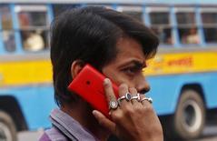 Nokia a annoncé mardi que la production de son usine de téléphones portables de Madras (Chennai), en Inde, serait suspendue à partir du 1er novembre, dans l'attente du règlement d'un contentieux fiscal avec les autorités de New Delhi. /Photo d'archives/REUTERS/Rupak De Chowdhuri