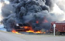 A Canadian National Railway Co train that derailed near Clair, Saskatchewan burns west of Wadena, October 7, 2014.  REUTERS/Alison J. Squires/Wadena News