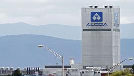 Alcoa a publié mercredi un bénéfice trimestriel en hausse, soutenu par la progression des prix de l'aluminium, qui a plus que compensé le coût de la fermeture d'une usine. /Photo prise le 8 avril 2014/REUTERS/Wade Payne
