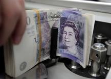 La Banque d'Angleterre a, comme attendu, laissé sa politique monétaire inchangée jeudi, à 0,5%un statu quo largement anticipé dans un contexte économique et monétaire marqué par un nouvel accès de faiblesse dans la zone euro et la prudence de la Réserve fédérale américaine. /Photo d'archives/REUTERS/Sukree Sukplang