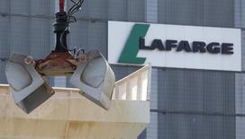El logo de Lafarge en una de sus plantas productoras en Pantín . Imagen de archivo, 7 abril, 2014. Lafarge y Holcim están a punto de solicitar la aprobación de la Comisión Europea para su planeada fusión, dijo el jueves el presidente ejecutivo de Lafarge, Bruno Lafont, a la prensa.  REUTERS/Christian Hartmann