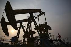Un trabajador examina una extractora de petróleo en un campo de PetroChina en Panjin. Imagen de archivo, 30 junio, 2014.  Una caída del 20 por ciento en los precios globales del petróleo ha desatado el apetito por el crudo en China, uno de los mayores consumidores de energía del mundo, donde PetroChina ha adquirido más de 8 millones de barriles en poco más de una semana.   REUTERS/Sheng Li