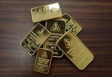 Слитки золота в ювелирном магазине в Мумбаи 4 июня 2013 года. Рынок золота готовится завершить неделю максимальным ростом почти за четыре месяца благодаря спаду на фондовых рынках и опасениям за мировую экономику. REUTERS/Danish Siddiqui