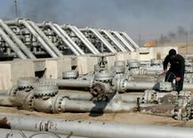 L'Arabie saoudite annonce à l'Opep avoir augmenté sa production de pétrole de 100.000 barils par jour en septembre, un signe supplémentaire que le premier exportateur mondial tarde à réagir à la chute des cours du pétrole sous les 100 dollars. /Photo d'archives/REUTERS/Mohammed Ameen