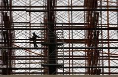 Un obrero en una construcción en Valparaíso, mayo 4 2011. Las ventas de viviendas nuevas en Chile disminuirán un 4,2 por ciento este año, en medio de la fuerte desaceleración de la economía doméstica, especialmente de la demanda interna, pronosticó el viernes un estudio de la Cámara Chilena de la Construcción.  REUTERS/Eliseo Fernandez