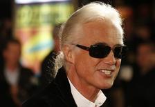 Guitarrista do Led Zeppelin, Jimmy Page, ao chegar para uma apresentação em Londres. 12/10/2012. REUTERS/Suzanne Plunkett