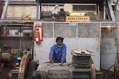 Imagen de archivo de un trabajador de un taller de la firma minera SNIM en Nouadhibou, Mauritania, jun 26 2014. El Fondo Monetario Internacional dijo el viernes que espera lanzar una nueva política de límites de deuda el próximo año, que daría más flexibilidad a los países más pobres para gastar dinero en prioridades de desarrollo sin perjudicar la sostenibilidad de la deuda. REUTERS/Joe Penney