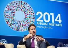 Le président de l'Eurogroupe, le Néerlandais Jeroen Dijsselbloem, a proposé vendredi un nouveau pacte de croissance européen qui récompenserait les Etats mettant en oeuvre des réformes en leur accordant des financements communautaires et des marges de manoeuvres en termes de déficit budgétaire. /Photo prise le 9 octobre 2014/REUTERS/Joshua Roberts