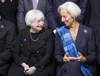 La presidenta de la Reserva Federal de Estados Unidos, Janet Yellen, conversa con la directora gerente del Fondo Monetario Internacional, Christine Lagarde, antes de una foto grupal durante las reuniones del otoño boreal del Banco Mundial/FMI en Washington el 11 de octubre del 2014. Los países miembros del Fondo Monetario Internacional dijeron el sábado que se necesita de una acción audaz para impulsar la recuperación económica global e instaron a los gobiernos a tener cuidado de no sofocar el crecimiento al reducir los presupuestos en forma demasiado drástica. REUTERS/Joshua Roberts (UNITED STATES - Tags: POLITICS BUSINESS)