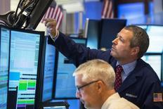 Empleados trabajando en la Bolsa de Nueva York. Imagen de archivo, 6 agosto, 2014.  Las acciones abrieron estables el lunes en la bolsa de Nueva York, después de que el índice S&P 500 sufrió el viernes su peor caída semanal desde mayo de 2012 y que el Dow Jones pasó a terreno negativo en el año por las preocupaciones de crecimiento de la economía global. REUTERS/Lucas Jackson