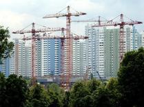 Строительные краны на юго-западе Москвы 25 июня 2003 года. Девелопер Эталон за третий квартал 2014 года увеличил объем новых контрактов по продажам жилья на 16 процентов в годовом выражении до 9,5 миллиарда рублей, сообщила компания во вторник. Sergei Karpukhin / Reuters