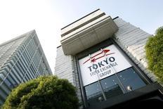Вид на здание Токийской фондовой биржи 17 ноября 2008 года. Азиатские фондовые рынки, кроме Южной Кореи, снизились во вторник из-за растущих опасений, что мировая экономика перестала расти. REUTERS/Stringer