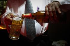 Un barman sirve un vaso de Haywards 5000, una cerveza fuerte de SABMiller, en un restaurante en Mumbai. Imagen de archivo, 28 agosto, 2013.  SABMiller PLC, la segunda mayor cervecera del mundo, reportó el martes un aumento de un 5 por ciento en sus ingresos del primer semestre de su año fiscal, debido a que precios más altos contrarrestaron el impacto de menores ventas de cerveza. REUTERS/Danish Siddiqui
