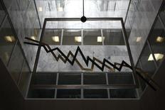 """A la Bourse d'Athènes. Le rendement des obligations d'Etat grecques a atteint mardi son plus haut niveau depuis sept mois et la Bourse d'Athènes perdait plus de 5% dans l'après-midi, la volonté de la Grèce de se libérer plus tôt que prévu du cadre de la """"troïka"""" préoccupant les investisseurs. /Photo prise le 11 septembre 2014/REUTERS/Yorgos Karahalis"""