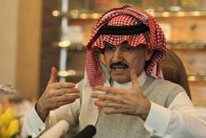 El príncipe saudí Saudi Alwaleed bin Talal  durante una entrevista con Reuters en Riyadh. Imagen de archivo, 6 mayo, 2013. El multimillonario príncipe saudí Alwaleed bin Talal dijo que el mayor exportador mundial de petróleo debería comenzar a preocuparse por la reciente caída de los precios globales del crudo y advirtió sobre el efecto negativo de dicho retroceso en los ingresos estatales. REUTERS/Faisal Al Nasser